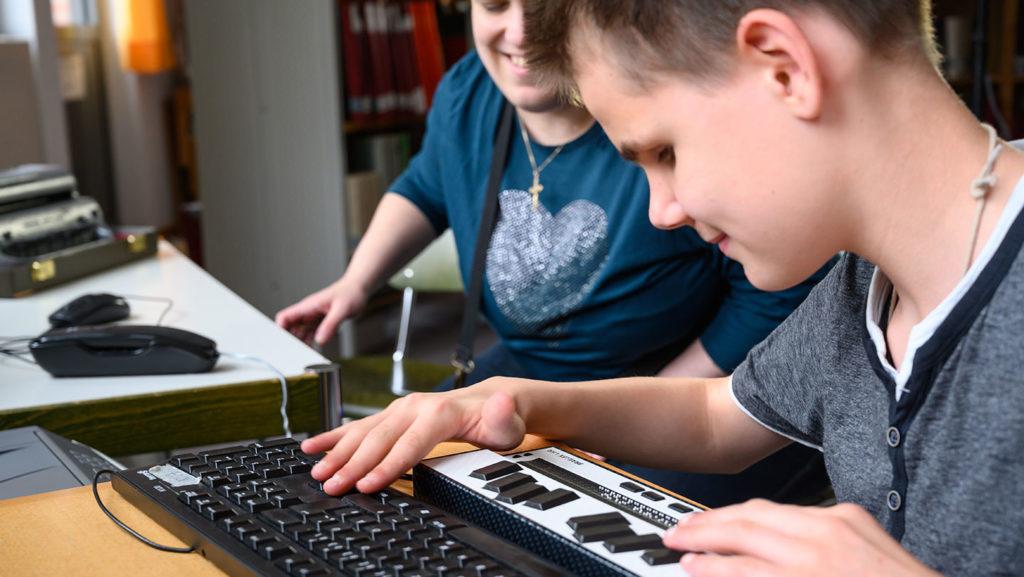 Realschüler lernt mit Hilfsmittel und PC TTastatur
