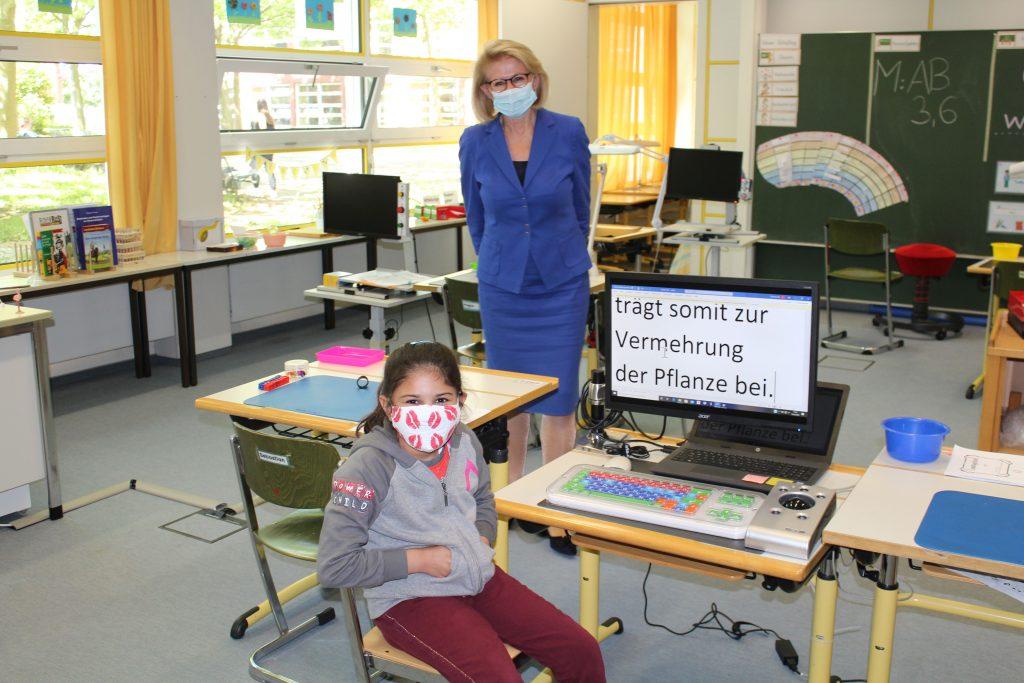 Direktorin des SBZ Hildegard Mayr mit der Schülerin und ihren Hilfsmitteln.